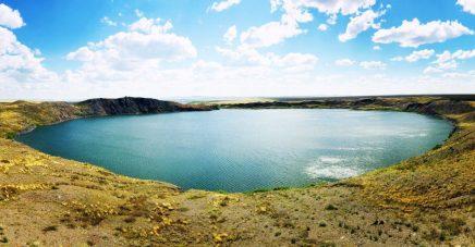 Der Atomsee im Krater verursacht durch die den Kernwaffentest