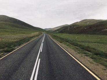 Im russischen Grenzgebiet: bis zum letzten Schlagbaum ist die Straße noch sehr gut asphaltiert
