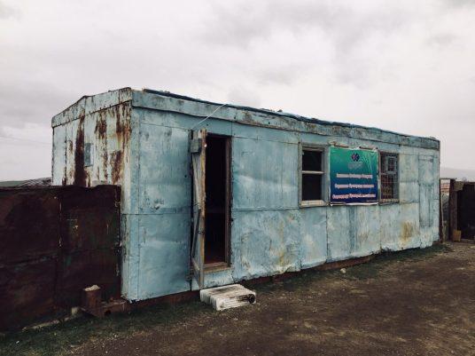 Versicherungsbüro Mongolei mit dem Radiator als Trittstufe