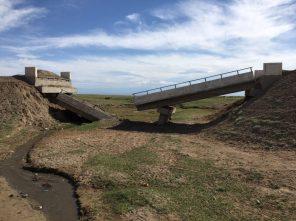 Eingestürzte Brücke: trotz neuer Asphaltstraße Umweg über die Piste