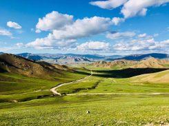 Grandioses Bild vom Pass aus: Hier Blick ins Tal auf Uliastai (ganz hinten)