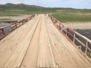 Holzbrücke auf dem Weg zum Char Nuur; eine der wenigen, die für uns befahrbar ist; mehrmals geht es durchs Wasser
