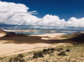 Zweite Wanderung: Blick vom Berg auf die Wanderdüne zum See