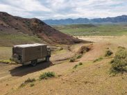 Auf dem Weg in die Gobi vom Weg abgekommen: da vor dem Benz wird's eng