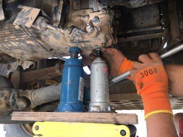 Alex stützt Getriebe mit Wagenheber