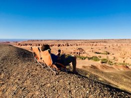 Gemütlich den Sonnenuntergang genießen: Khermen Tsav, Gobi Mongolei