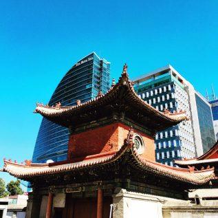 Kontraste: das moderne Blue Sky and das historische Choijin Lama Temple