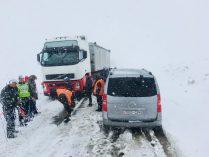 Schneechaos Mongolei: vor uns das Polizeiauto, links der LKW, der nicht mehr vorwärts kommt