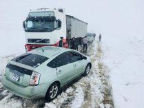 Schneechaos: Der Toyota kann es nicht erwarten und drängelt sich rutschend mit durchdrehenden Reifen durch