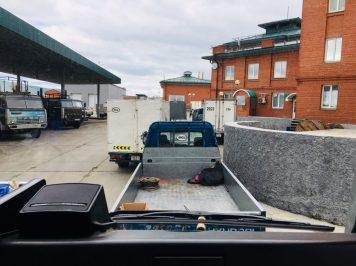 Kjachta: Russischer Grenzposten; vorne rechts im roten Gebäude sitzt der Zoll