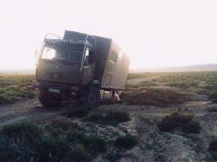 Freibuddeln in der Gobi: die Sonne ist schon fast untergegangen; die Seitenleuchte spendet Licht