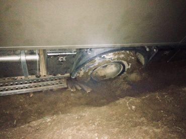 Der letzte Versuch: unser gesamtes Feuerholz liegt vor den Reifen, vor dem hinteren linken zusätzlich noch das zweite Sandblech