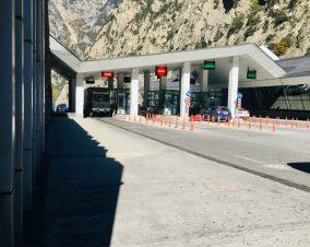 Georgischer Grenzposten: Alex muss allein mit dem Benz durch