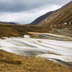 Farbenfrohes Truso Valley. Vorn im Bild kein Schnee, sondern Kalkablagerungen