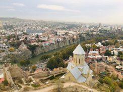 Tiflis - Tbilisi: Blick vom Mtazminda, dem heiligen Hausberg der Georgischen Hauptstadt, unten die Sioni-Kathedrale