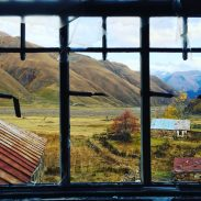Blick aus einem verlassenen Haus im Truso Valley