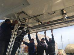 Photovoltaikanlage für die Yacht: insgesamt 6 Männer hieven das Gestell samt Zellen auf das Boot
