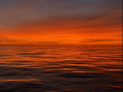 Feuriger Sonnenuntergang auf dem Mittelmeer