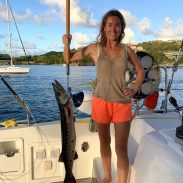 Gemeinschaftsarbeit in der Saline Bay, Mayreau: da beißt plötzlich dieser Barrakuda an und biegt die Angel gefährlich durch. Alex hatte gut zu tun, den Fisch zum Boot zu ziehen. Ich musste nur noch den Haken ansetzen... Essen für 5-7 Tage
