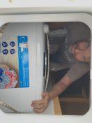 Die Waschmaschine mittels Seiltechnik an richtigem Platz