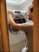 Waschmaschine in der Gästetoilette: so hoch musste die Maschine gezogen werden, um sie drehen zu können