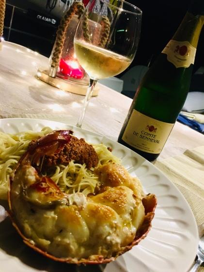Wir feiern unsere Ankunft mit Champagner 🍾 und Lobster 🦞