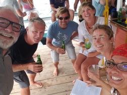 Cocktail in der Floating Bar; von links: Charly, Glenn, Alex, Michelle, ich und Suz