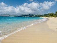Grand Anse Beach, Grenada: der 2 Milen lange weiß-goldene Strand mit Palmen und Mandelbäumen