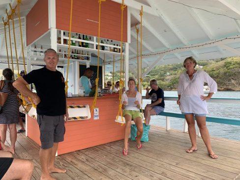 Auf der Floating Bar in der Admiralty Bay, Bequia, mit Glenn und Michelle
