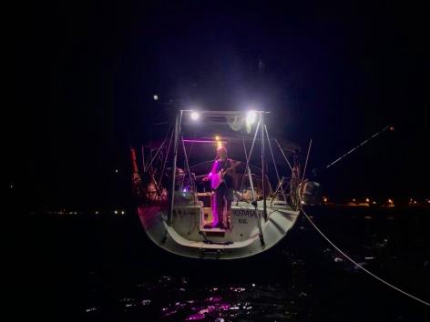 Konzert auf dem Wasser: Multitalent Helmut abwechselnd mit E-Gitarre, Konzertgitarre und Saxophon