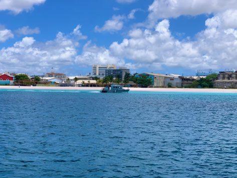 Rundfahrt der Küstenwache von Barbados, ob sich auch an die Ausgangssperre gehalten wird