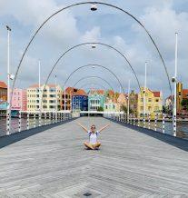 Auf der berühmten schwimmenden Queen-Emma-Bridge mit Blick auf die berühmten Fassaden der Handelskade in Willemstad. Gerade bewegt sie sich, weil ein Schiff passieren möchte
