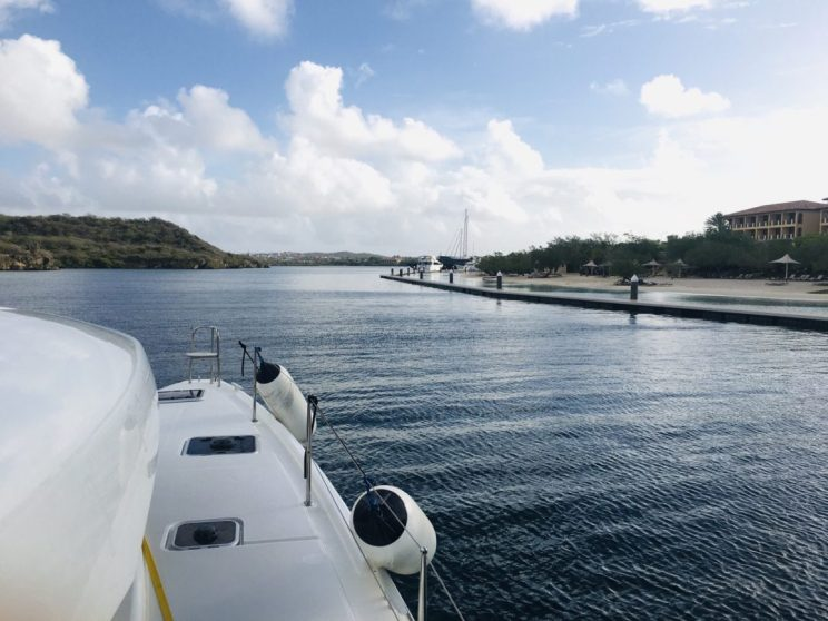 Einfahrt in die Spanish Waters Lagune, Curaçao; rechts das Santa Barbara Beach & Golf Resort