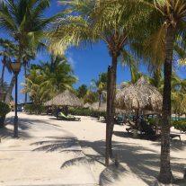 Am Mambo Beach: der Schwimmbereich ist eine kleine Lagune