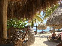 Mambo Beach: hinten kann man gut die kleine abtrennte Lagune für die Schwimmer erkennen
