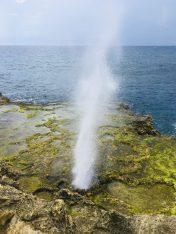 Am Watermula: eine Wasserfontäne schießt durch ein Loch