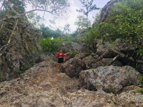 Noémie auf der Wanderroute zum Berg Saint Christoffel; hier letztes steiles Stück