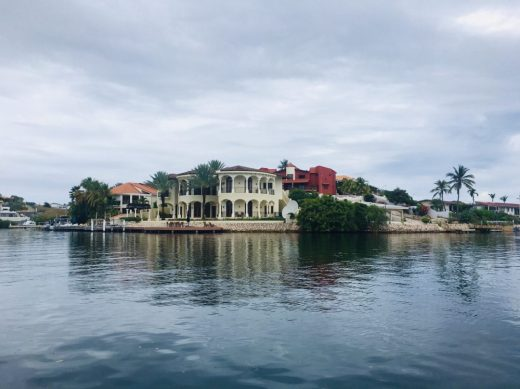 Luxusimmobilien am Ufer der Spanish Water Lagune. Wohin das Auge reicht: eine Villa nach der anderen
