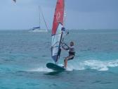 Alex surft in der Orient Bay